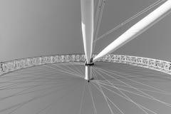 伦敦,英国- 2017年10月17日, :关闭伦敦眼在伦敦,以旋转的轴为目的英国,黑色 免版税库存图片