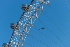 伦敦,英国- 2017年10月17日, :关闭伦敦眼在伦敦,有一架直升机的英国在背景中 库存照片