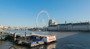 伦敦,英国- 2017年10月17日, :关闭伦敦眼在伦敦,有拿着胶囊视线内的旅游业的英国和 图库摄影