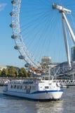 伦敦,英国- 2017年10月17日, :关闭伦敦眼在伦敦,有拿着胶囊视线内的旅游业的英国和 库存图片