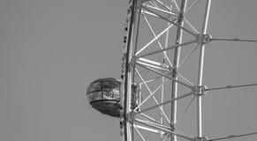 伦敦,英国- 2017年10月17日, :关闭伦敦眼在伦敦,有拿着胶囊视线内的旅游业的英国 库存照片