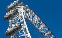 伦敦,英国- 2017年10月17日, :关闭伦敦眼在伦敦,有拿着胶囊视线内的旅游业的英国 库存图片