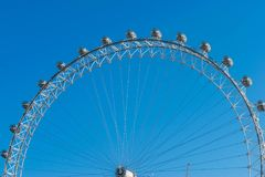 伦敦,英国- 2017年10月17日, :关闭伦敦眼在伦敦,有旅游举行的胶囊的英国视线内 图库摄影
