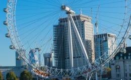 伦敦,英国- 2017年10月17日, :关闭伦敦眼在伦敦,有旅游举行的胶囊的英国视线内 库存图片