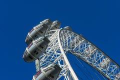 伦敦,英国- 2017年10月17日, :关闭伦敦眼在伦敦,有旅游举行的胶囊的英国视线内 免版税库存图片