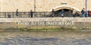 伦敦,英国- 2017年10月17日, :奸贼在伦敦塔的`门,从泰晤士河的看法 免版税库存图片