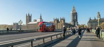 伦敦,英国- 2017年10月17日, :威斯敏斯特桥梁和大笨钟整修有房子的脚手架建筑  免版税库存图片