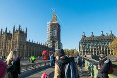 伦敦,英国- 2017年10月17日, :威斯敏斯特桥梁和大笨钟整修有房子的脚手架建筑  库存图片