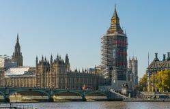 伦敦,英国- 2017年10月17日, :威斯敏斯特桥梁和大笨钟有议会房子的整修建筑  库存图片