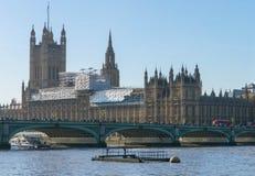 伦敦,英国- 2017年10月17日, :威斯敏斯特桥梁和大笨钟有议会房子的repain建筑视线内 图库摄影