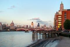 伦敦,英国- 2006年10月7日, :泰晤士河沿 免版税库存图片