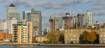 伦敦,英国- 2017年10月17日, :金丝雀码头商业区在伦敦 库存图片