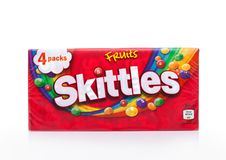 伦敦,英国- 2017年12月07日:九柱游戏用的小柱在白色的糖果组装 九柱游戏用的小柱是果子调味的甜点品牌  库存图片