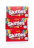 伦敦,英国- 2017年12月07日:九柱游戏用的小柱在白色的糖果组装 九柱游戏用的小柱是果子调味的甜点品牌  图库摄影