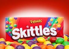伦敦,英国- 2017年12月07日:九柱游戏用的小柱在红色的糖果组装 九柱游戏用的小柱是果子调味的甜点品牌  免版税库存图片