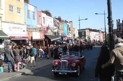 伦敦,英国- 2012年4月01日:人去的购物在坎登镇附近 免版税库存照片