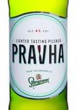 伦敦,英国- 2018年6月01日:冷的瓶在白色的Pravha啤酒,酿造Staropramen 免版税图库摄影