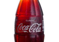 伦敦,英国- 2018年3月01日:冷的瓶在白色背景的经典可口可乐饮料 饮料导致并且被制造 库存图片