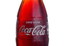 伦敦,英国- 2018年3月01日:冷的瓶在白色背景的零的可口可乐饮料 饮料导致并且被制造  免版税库存图片