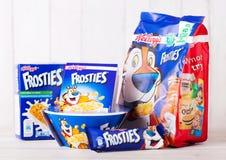 伦敦,英国- 2018年6月01日:包装和箱凯洛格` s Frosties早餐谷物用牛奶和plateon白色木头 免版税库存照片