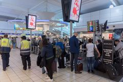 伦敦,英国- 2017年9月29日:卢顿机场检查与免税店的离开地区 伦敦,英国,英国 免版税图库摄影