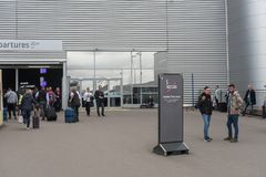 伦敦,英国- 2017年9月29日:卢顿机场禁烟区 伦敦,英国,英国 库存图片