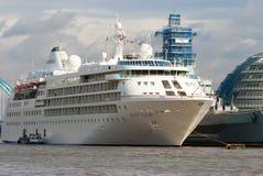 伦敦,英国- 2010年2月25日:在水的远洋班轮 在多云天空的游轮 暑假概念 库存照片