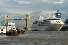 伦敦,英国- 2010年2月25日:在泰晤士河的船 在多云天空的塔桥梁与好的建筑学 免版税库存照片