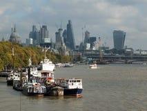 伦敦,英国- 2017年11月03日:在泰晤士的河交通 免版税库存照片