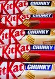 伦敦,英国- 2017年12月07日:在白色的成套工具Kat大块的巧克力白色巧克力块 酒吧成套工具Kat是由雀巢公司生产的 图库摄影