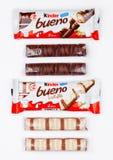 伦敦,英国- 2017年11月17日:在白色的更加亲切的巧克力bueno 更加亲切的酒吧是由费雷洛生产的在1946年建立了 免版税库存图片