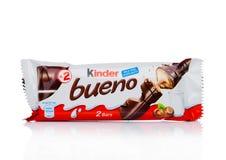 伦敦,英国- 2017年11月17日:在白色的更加亲切的巧克力bueno 更加亲切的酒吧是由费雷洛生产的在1946年建立了 库存图片