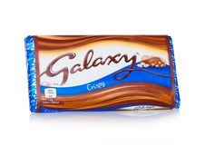 伦敦,英国- 2018年2月02日:在白色的未打开的星系巧克力块woth蜂窝油炸马铃薯片 制造火星 免版税库存图片
