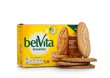 伦敦,英国- 2017年12月07日:在白色的belVita早餐金黄燕麦 belVita饼干用提供四的整粒做 库存图片