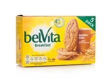 伦敦,英国- 2017年12月07日:在白色的belVita早餐金黄燕麦 belVita饼干用提供四的整粒做 图库摄影