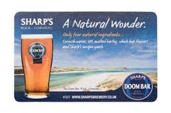 伦敦,英国- 2018年2月04日:在白色隔绝的锋利的` s啤酒厂死命酒吧beermat沿海航船 免版税库存照片