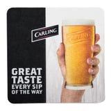 伦敦,英国- 2018年2月04日:在白色隔绝的Carling啤酒原始的beermat沿海航船 库存照片