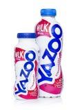 伦敦,英国- 2018年5月03日:塑料瓶Yazoo草莓在白色背景喝 库存图片