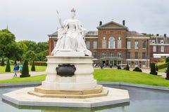 伦敦,英国- 2017年8月18日:女王维多利亚雕象位于了 免版税库存照片