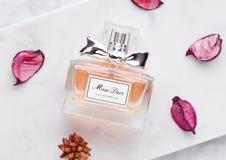 伦敦,英国- 2018年5月03日:玻璃瓶在大理石背景的Dior小姐豪华香水 Dior是在巴黎建立的时装商店 免版税图库摄影