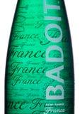 伦敦,英国- 2018年1月02日:玻璃瓶在白色的Badoit圣加尔米耶法国矿物苏打水 产品达诺 库存图片