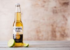 伦敦,英国- 2018年3月10日:瓶与石灰切片的光环额外啤酒在木头 光环是在的最普遍的进口的啤酒 库存照片