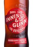 伦敦,英国- 2018年6月01日:瓶在白色的Innis &冈恩波旁酒桶刻痕强麦酒啤酒 苏格兰工艺啤酒 库存照片