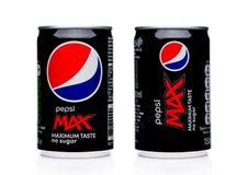 伦敦,英国- 2017年12月15日:百事可乐MAX软饮料铝罐在白色的 美国多民族食物和饮料compa 库存照片