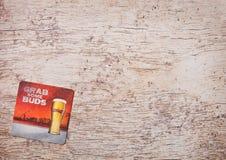 伦敦,英国- 2018年3月22日:百威啤酒在木头的beermat沿海航船 库存图片