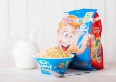 伦敦,英国- 2018年6月01日:盒凯洛格` s米Krispies与原始的板材和牛奶的早餐谷物在白色木头 库存图片