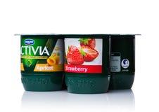伦敦,英国- 2017年10月20日:盒Activia酸奶用杏子和草莓在白色 Activia是拥有的酸奶品牌  免版税图库摄影
