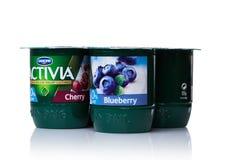 伦敦,英国- 2017年10月20日:盒Activia酸奶用樱桃和蓝莓在白色 Activia是Gr拥有的酸奶品牌 免版税库存照片