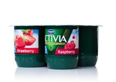 伦敦,英国- 2017年10月20日:盒Activia酸奶用草莓和莓在白色 Activia是酸奶拥有的b品牌  图库摄影