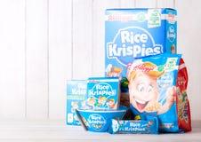 伦敦,英国- 2018年6月01日:箱凯洛格` s米Krispies与原始的板材的早餐谷物在白色木头 库存图片